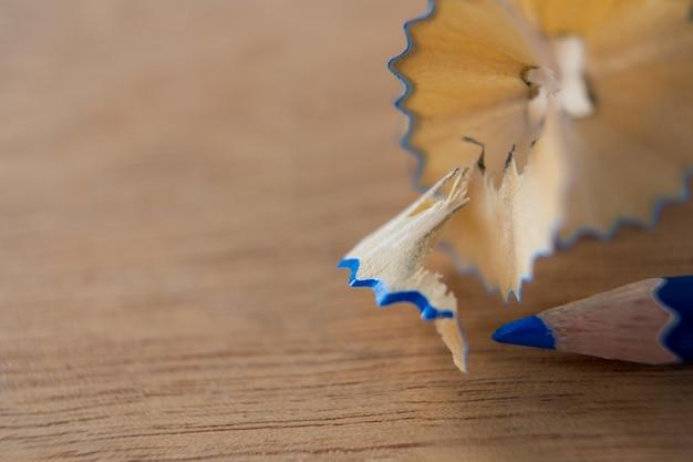 Zbliżenie: kolor niebieski ołówek z golenia ołówkiem