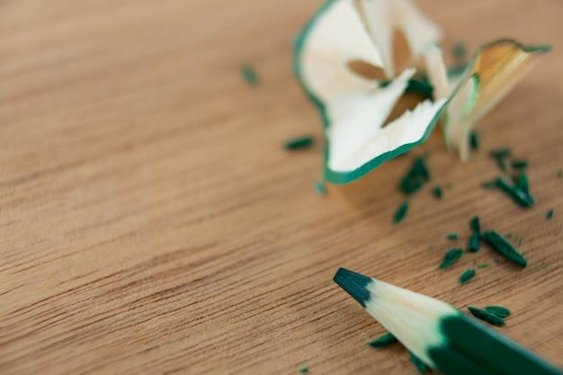 Zbliżenie: kolor zielony ołówek z golenia ołówkiem