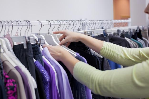 Zbliżenie: kolorowe dorywczo kobiety odzież