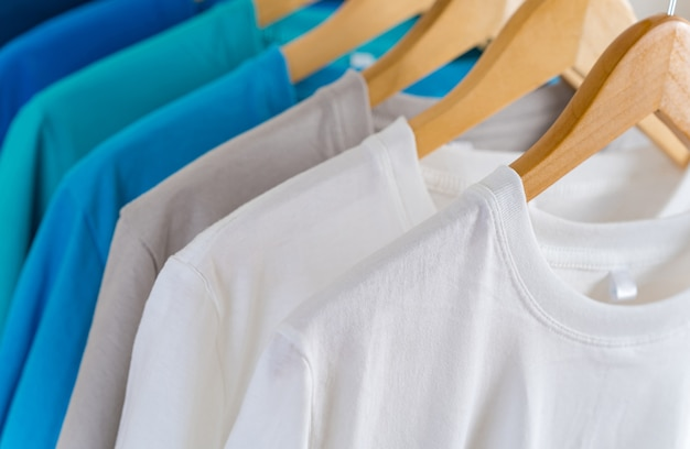 Zbliżenie kolorowe koszulki na wieszakach, odzież