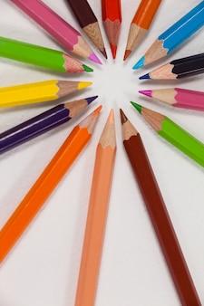 Zbliżenie: kolorowe kredki ułożone w okrąg