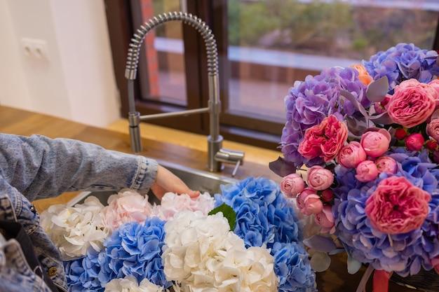 Zbliżenie kolorowy wiosenny bukiet z wieloma różnymi kwiatami galaretki.