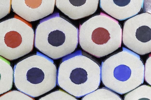 Zbliżenie kolorowych ołówków pod lampkami - ładny obrazek s