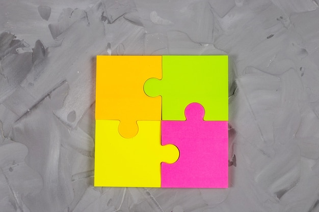Zbliżenie kolorowych samoprzylepnych naklejek papierowych na betonowym stole