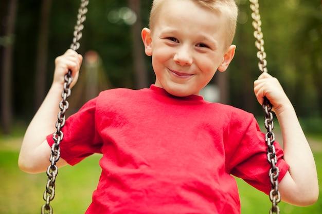 Zbliżenie: kołysanie małego chłopca