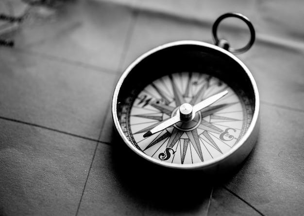 Zbliżenie kompasu na mapie