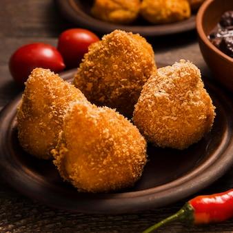 Zbliżenie kompozycji z pysznym brazylijskim jedzeniem
