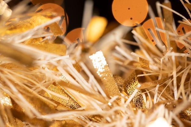 Zbliżenie konfetti przygotowane na przyjęcie noworoczne
