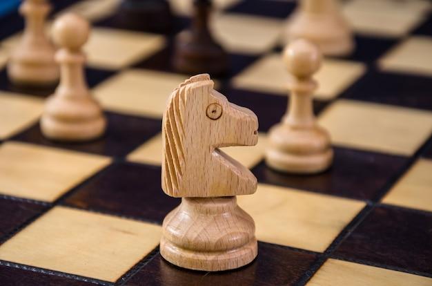 Zbliżenie konia szachowego na szachownicy