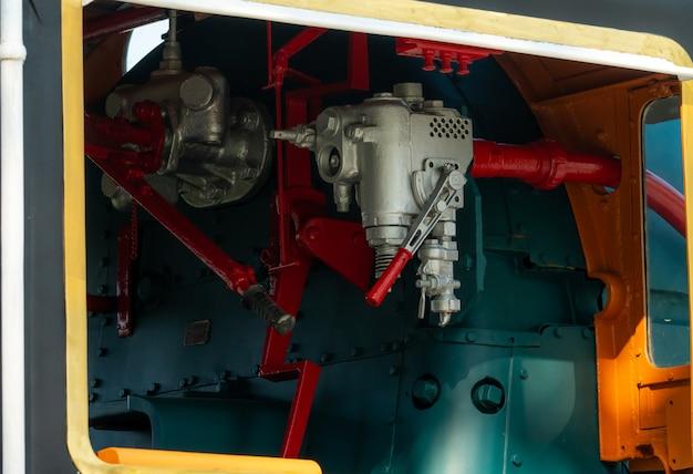 Zbliżenie kontrolna klapa lokomotywa. zawory kierunkowe umożliwiają przepływ pary przez układ napędowy silnika lokomotywy parowej. przemysł transportu kolejowego. pociąg działał na oleju opałowym.