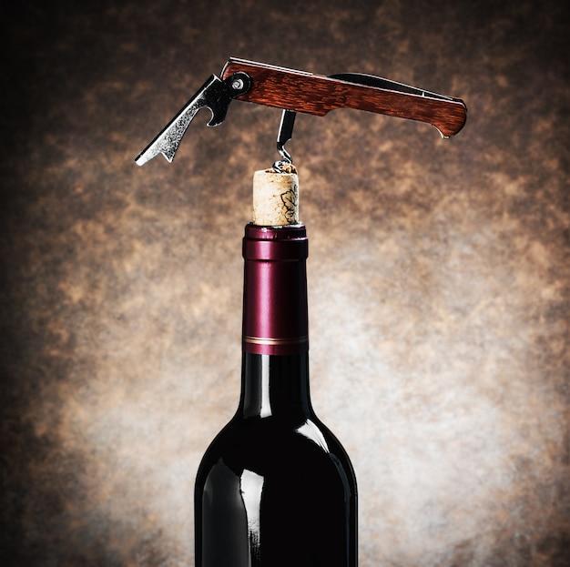 Zbliżenie korkociąg w butelce wina