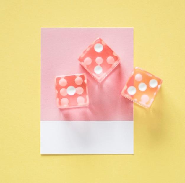 Zbliżenie kostka do gry na małym papierze