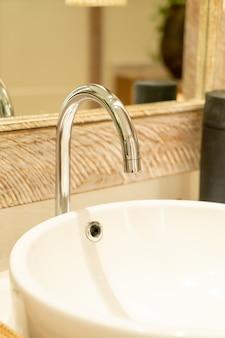 Zbliżenie kran wody w łazience