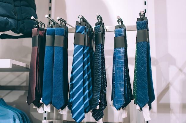 Zbliżenie. krawaty wiszą w witrynie sklepowej.