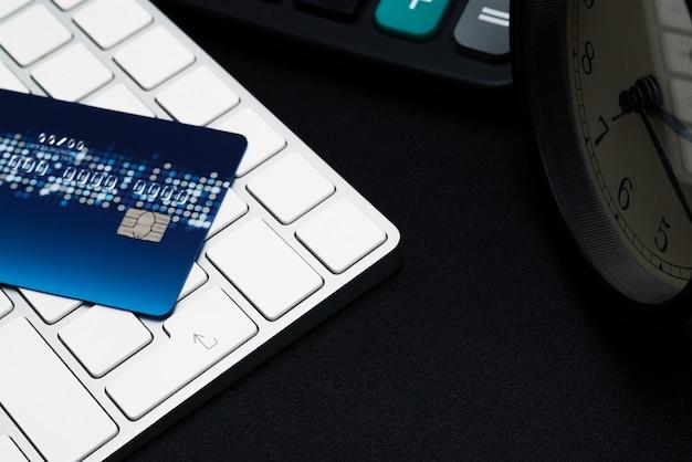 Zbliżenie kredytowa karta na czerni wchodzić do guzika, dogodność zakupy pojęcie