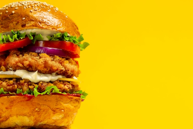 Zbliżenie króla doubleburgera z panierowanym kotletem z kurczaka