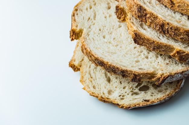 Zbliżenie kromki chleba na zakwasie