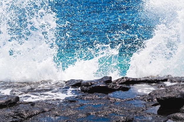 Zbliżenie krystalicznej wody z falami
