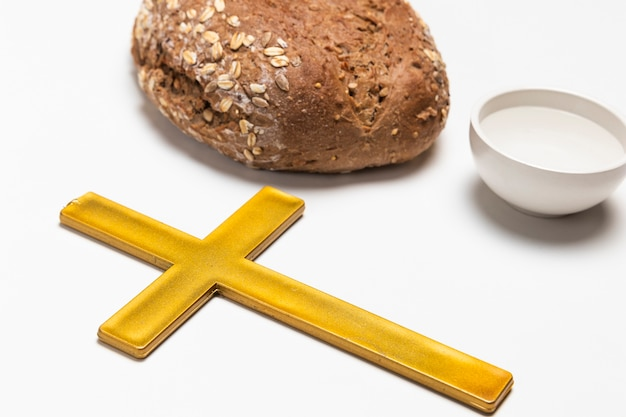 Zbliżenie krzyż z chlebem i wodą