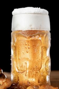 Zbliżenie kubek piwa z pianką