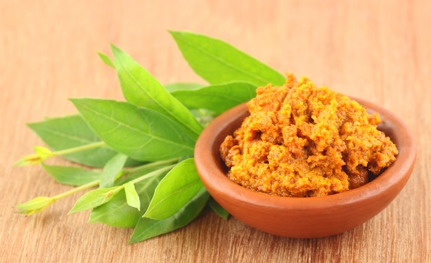 Zbliżenie kurkumy z liśćmi henny