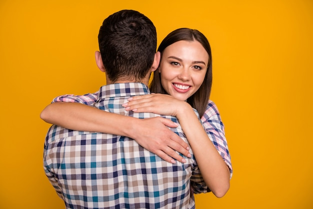 Zbliżenie ładna pani przytulanie przystojnego faceta z powrotem
