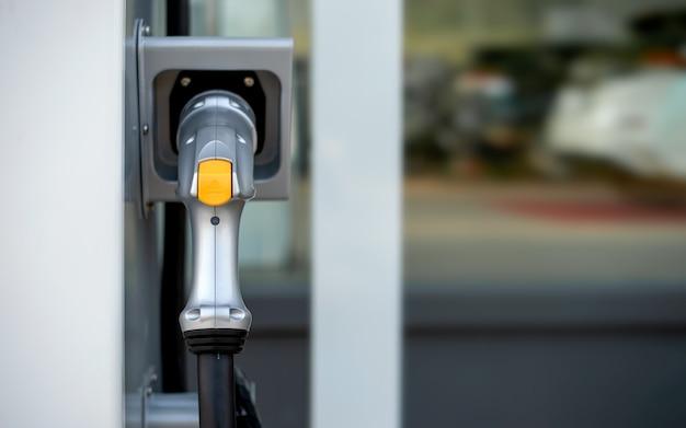 Zbliżenie ładowarka do samochodu elektrycznego