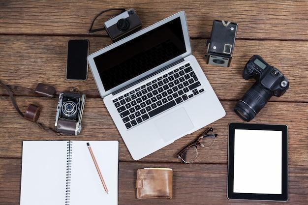 Zbliżenie: laptop z kamerami na stole