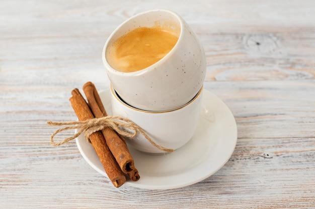 Zbliżenie laski cynamonu z filiżanki kawy