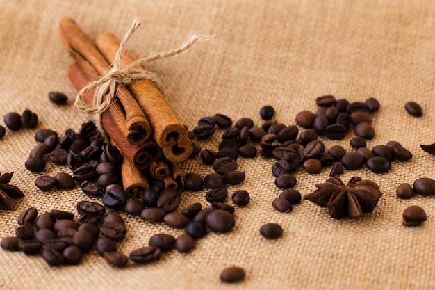 Zbliżenie laski cynamonu z ziaren kawy