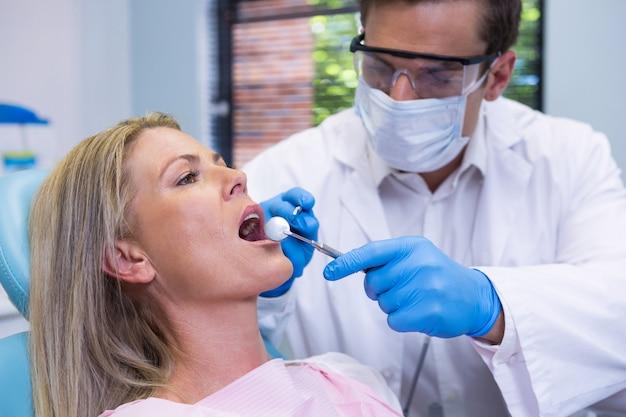 Zbliżenie: lekarz bada pacjenta na sobie maskę chirurgiczną