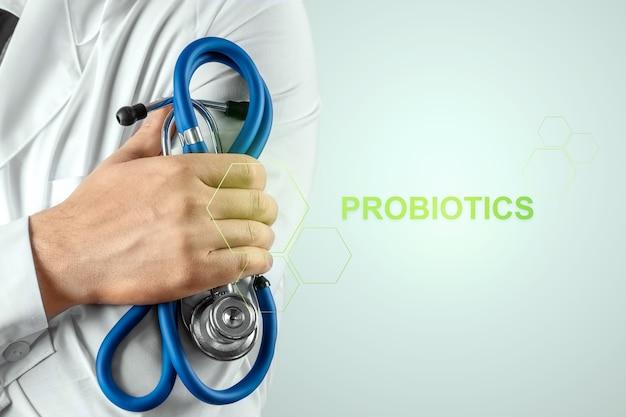 Zbliżenie lekarza i probiotyki napis