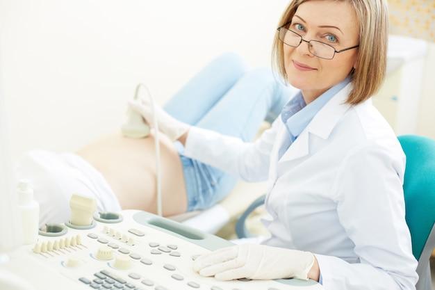 Zbliżenie lekarza ze sprzętem ultrasonograficznym