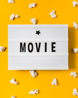 Zbliżenie lightbox z popcornem dookoła