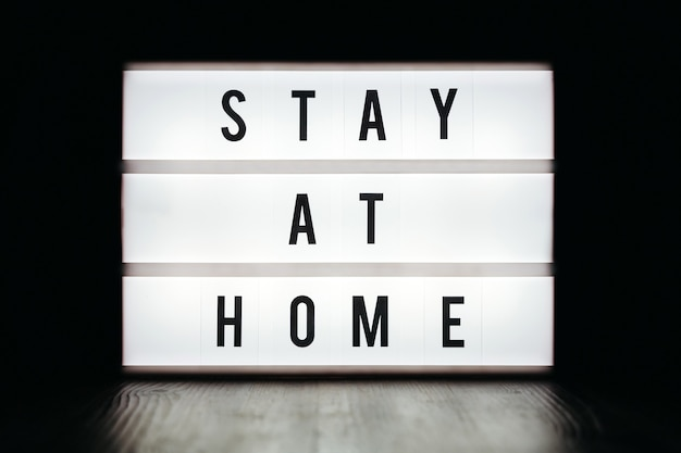 Zbliżenie: lightbox z tekstem zostań w domu na czarno