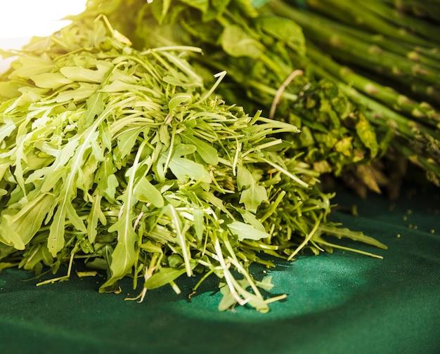 Zbliżenie liści rukoli na rynku warzyw