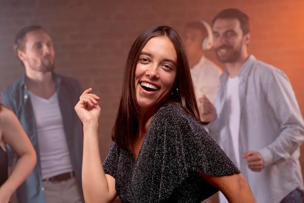 Zbliżenie ludzi bawiących się w klubie