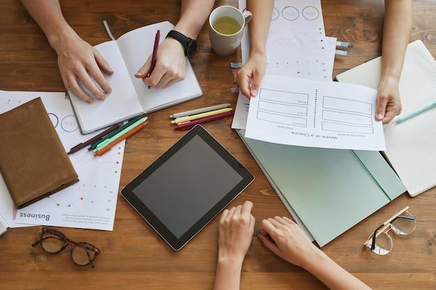 Zbliżenie ludzi biznesu pracujących nad nowym projektem w zespole przy stole na spotkaniu