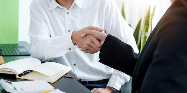 Zbliżenie ludzi biznesu, ściskając ręce, kończąc spotkanie, etykietę biznesową, gratulacje, koncepcję fuzji i przejęcia