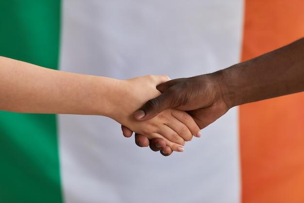 Zbliżenie ludzi biznesu ściskających dłonie, które akceptują umowę międzynarodową