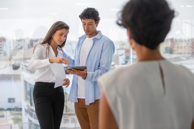 Zbliżenie ludzi biznesu w pracy