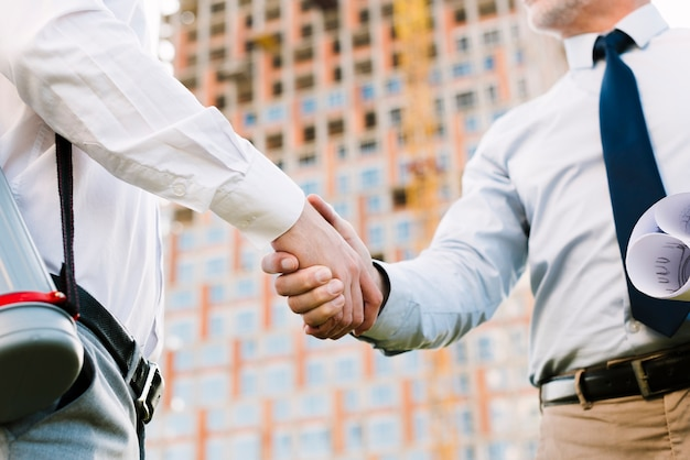 Zbliżenie ludzi drżenie rąk