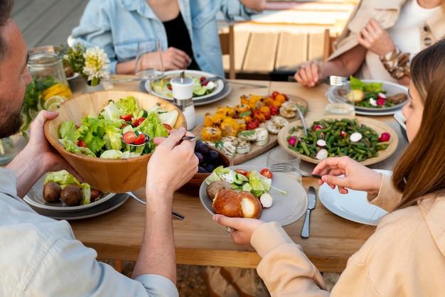 Zbliżenie ludzi jedzących pyszne jedzenie