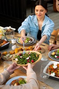 Zbliżenie ludzi jedzących smaczne jedzenie