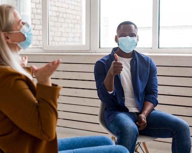 Zbliżenie ludzi noszących maski w pomieszczeniu