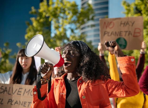 Zbliżenie ludzi protestujących z plakatami