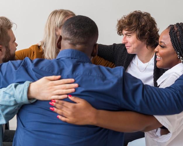 Zbliżenie ludzi przytulających się w pomieszczeniu
