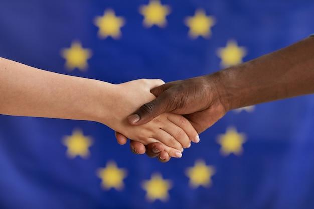 Zbliżenie ludzi różnych narodowości ściskających sobie ręce
