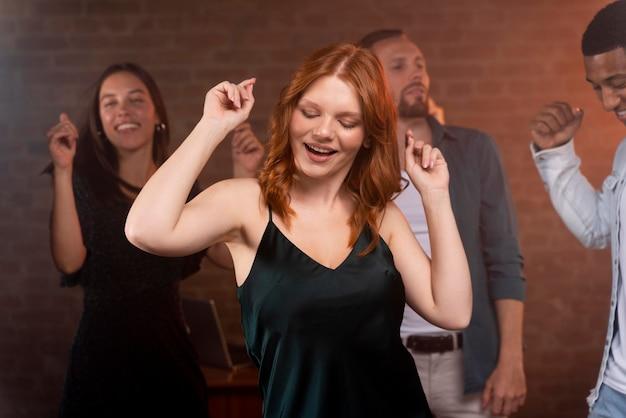Zbliżenie ludzi tańczących w klubie