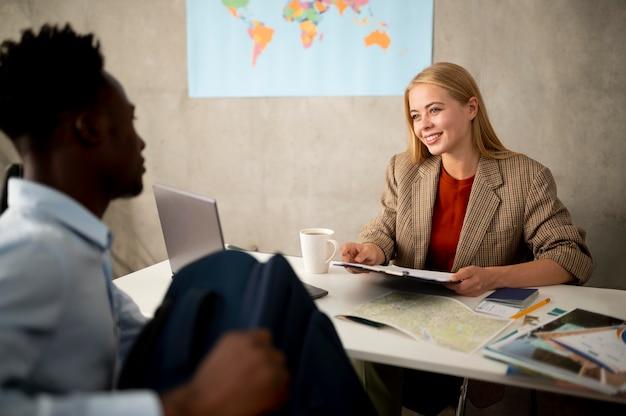 Zbliżenie ludzi w biurze podróży